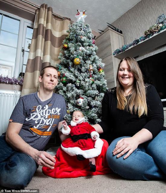 Πρόωρο μωρό που γεννήθηκε μικρότερο από την παλάμη του πατέρα του ετοιμάζεται να πάει στο σπίτι του για τα Χριστούγεννα