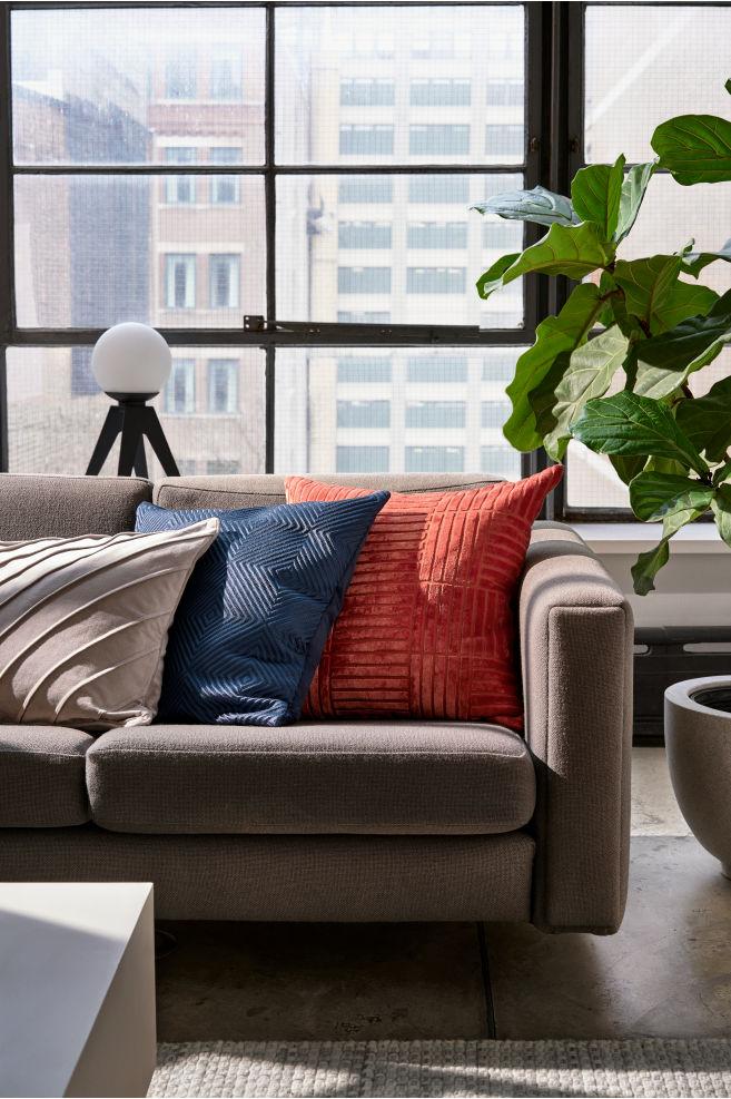 Jak dekorować z użyciem kolorowych poduszek?