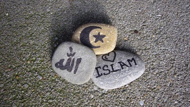 "Agama islam adalah agama yang dibawa Oleh Nabi Muhammad SAW sebagai penyempurna ajaran agama sebelumnya. Allah SWT telah menyempurnakan agama islam dan telah menjadikan sebagai kenikmatan yang luarbiasa sempurna bagi hamba-hamba-Nya.    Allah SWT berfirman,  ""Pada hari ini telah Aku sempurnakan agama untukmu dan telah Aku cukupkan nikmat-Ku bagimu dan telah Aku ridhai islam sebagai agamamu."" (QS. Al-Maidah :3)  Hanya islamlah agama yang diridhai oleh Allah SWT tiada agama satupun yang diterima selain Islam.  Allah SWT berfirman,  ""Sesungguhnya agama (yang diridhai) disisi Allah hanyalah islam."" (QS. Al-Imran :10)  Tidak diterimanya agama selain Islam dan dirinya termasuk orang yang merugi di akhirat  Allah SWT berfirman,  ""Dan barang siapa yang mencari agama selain agama Islam maka sekali-kali tidaklah akan diterima (agama itu) darinya dan dia di akhirat termasuk orang yang merugi."" (QS. Ali 'Imram: 85)  Maka dari itu kita sebagai umat islam harus selalu bersukur dengan segala nikmat yang Allah berikan kepada kita yaitu nikmat Islam.  Semoga bermanfaat"