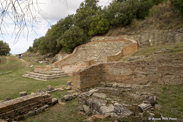 Biblioteca y en segundo plano Odeón - Apolonia de Iliria, Albania por El Guisante Verde Project