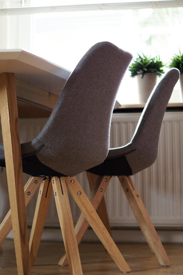 Blog & Fotografie by it's me! - grau bezogene Schalenstühle mit Eichenholzfüßen