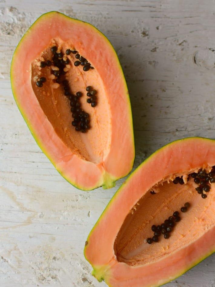 Lechosa o papaya pintona. Para preparar el dulce de lechosa, es importante buscar una fruta que esté muy verde o comenzando a madurar la cual es firme al tacto y tiene algunos puntos amarillos.