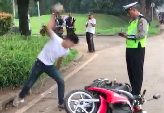 Polisi yang Tetap Tenang Meski Adi Saputra Kalap Banting Motor