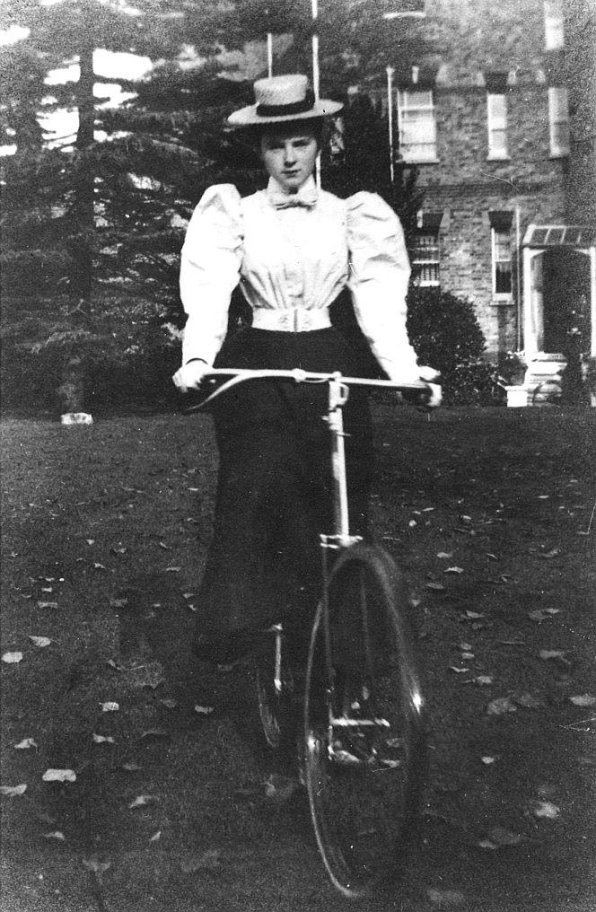 Jeune femme à vélo, années 1890/></div><br /> <br /> LMI 29 mai 1898<br />