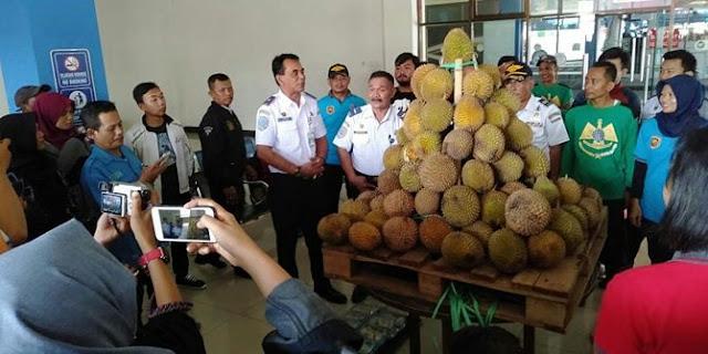 berita viral faktapasalnya, pengelola terminal tipe a tersebut membagikan ratusan durian kepada penumpang di pintu masuk selatan