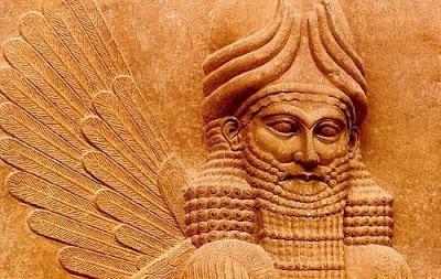 "Peradaban Tertua di Dunia Peradaban tertua di dunia didirikan di wilayah yang dikenal sebagai Timur Tengah sekitar tahun 3500 SM, di Mesopotamia (Irak). Peradaban Sumeria, Akkadia, Babilonia, dan Asyur, semua berad di daerah ini. Tidak lama setelah peradaban Sumeria dimulai, lembah Sungai Nil di Mesir Kuno disatukan di bawah pimpinan Firaun pada milenium ke-4 SM, dan peradaban yang lain segera menyebar di kawasan bulan sabit subur di pesisir barat Laut Tengah. Bangsa Fenisia dan Israel membangun pemerintahan mereka di wilayah ini pula. 1. Mesopotamia                              Mesopotamia terletak di antara dua sungai besar, Eufrat dan Tigris. Daerah yang kini menjadi Republik  Irak itu di zaman dahulu disebut Mesopotamia, yang dalam bahasa Yunani berarti ""(daerah) di antara sungai-sungai"". Nama Mesopotamia sudah digunakan oleh para penulis Yunani dan Latin kuno, sepertiPolybius (abad 2 SM) dan Strabo (60 SM-20 M).                          Sejarah Mesopotamia diawali dengan tumbuhnya sebuah peradaban, yang diyakini sebagai pusat peradaban  tertua di dunia, oleh bangsa Sumer(ia) sekitar tahun 7000 SM. Bangsa Sumeria membangun beberapa kota  kuno yang terkenal, yaitu Ur, Ereck, Kish, dll. Kehadiran seorang tokoh imperialistik dari bangsa lain yang juga mendiami kawasan Mesopotamia, bangsa Akkadia, dipimpin Sargon Agung, ternya melakukan sebuah"