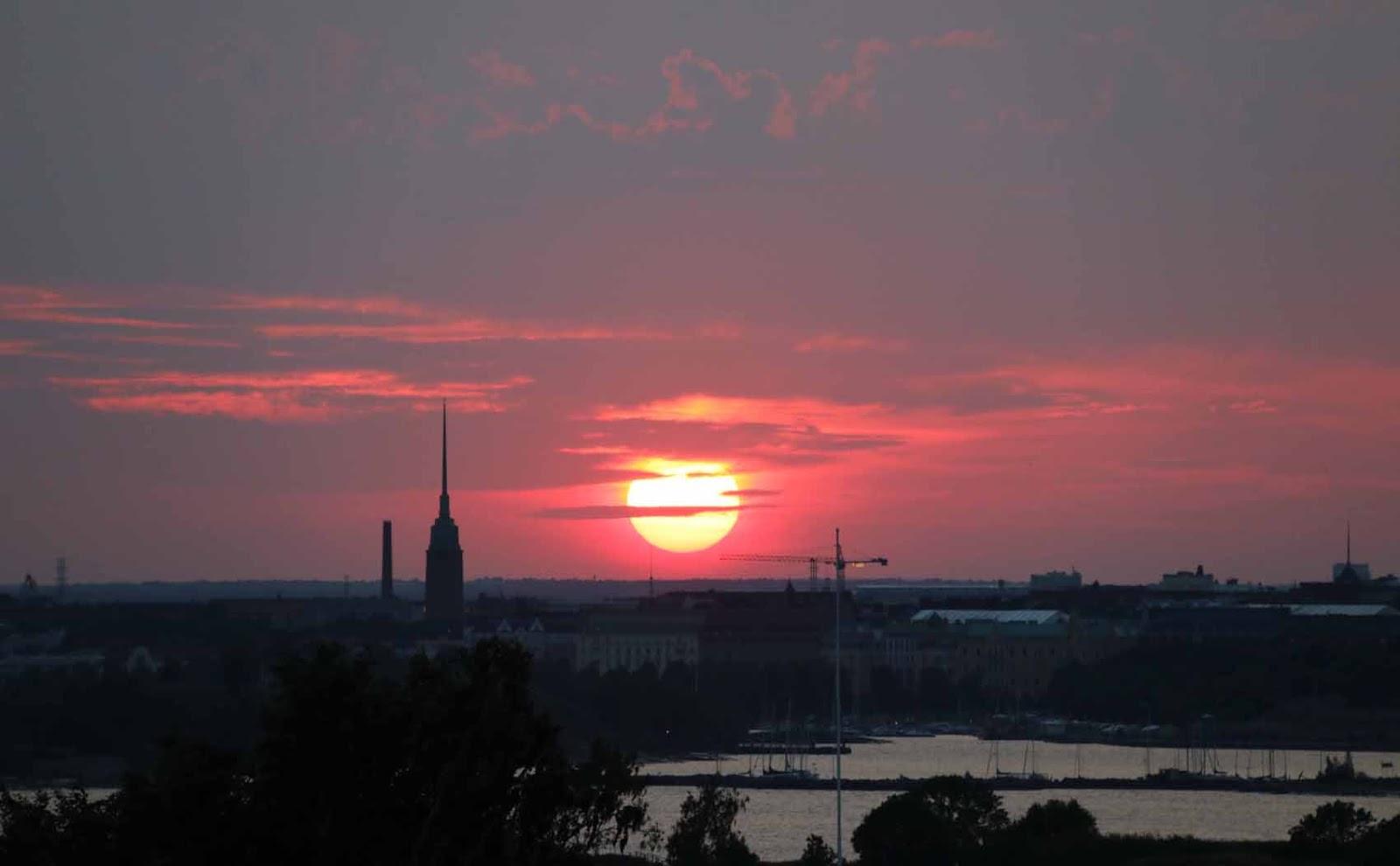 Aurinko laskee Helsingissä