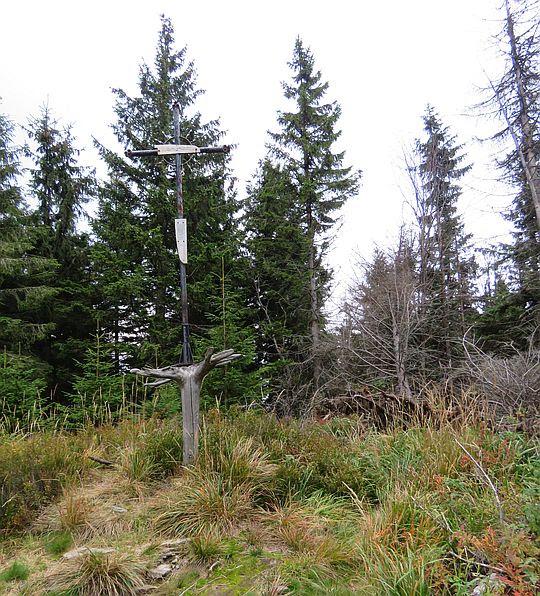 Krzyż z resztkami blachy poszycia samolotu, który rozbił się na Policy w 1969 roku.