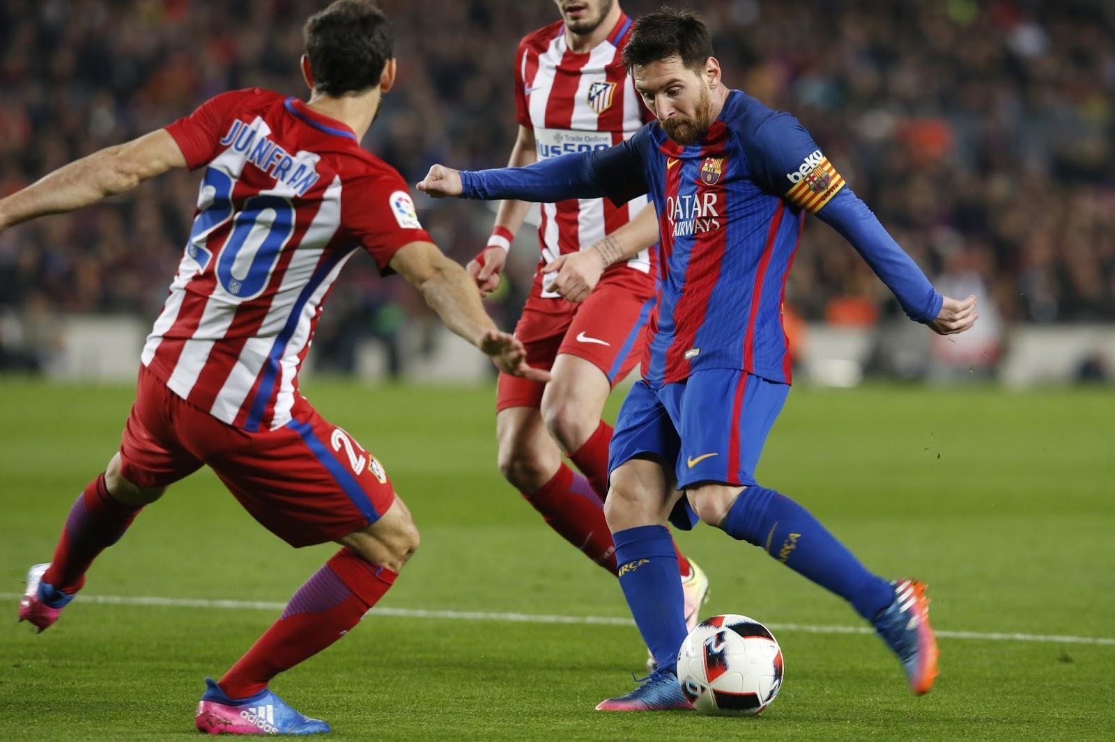 Atlético foi o dono do jogo no primeiro tempo, mas a genialidade de Messi colocou o Barcelona na frente (Foto: AFP/Pau Barrena)