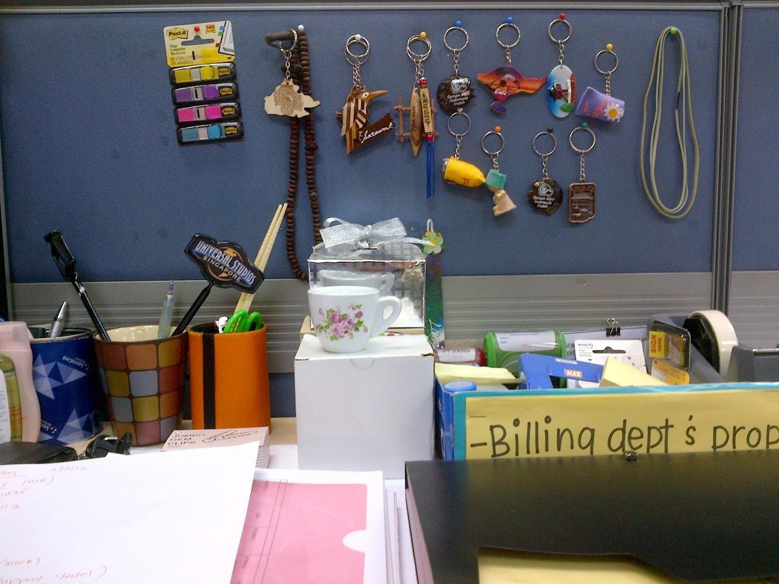 Meja Kerja Lu Orang Tu Bagi Nampak Berwarna Warni Contoh Hias Dengan Fridge Magnet Keychain Dan Lain Kat Gua Banyak Hiasan Ni