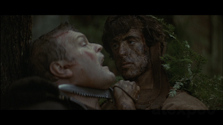 photo de First Blood,scene ou rambo menace teasle dans la forêt