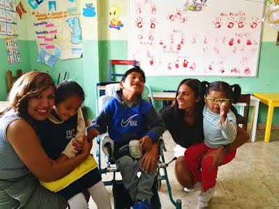Ana Elisa con algunos de los niños y niñas del Centro de Terapia Integral