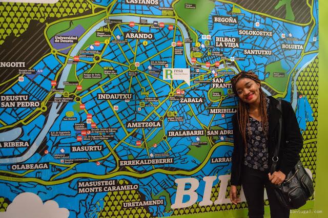 Angelina Gomes con el mapa de Bilbao de la residencia de Resa en Las Cortes