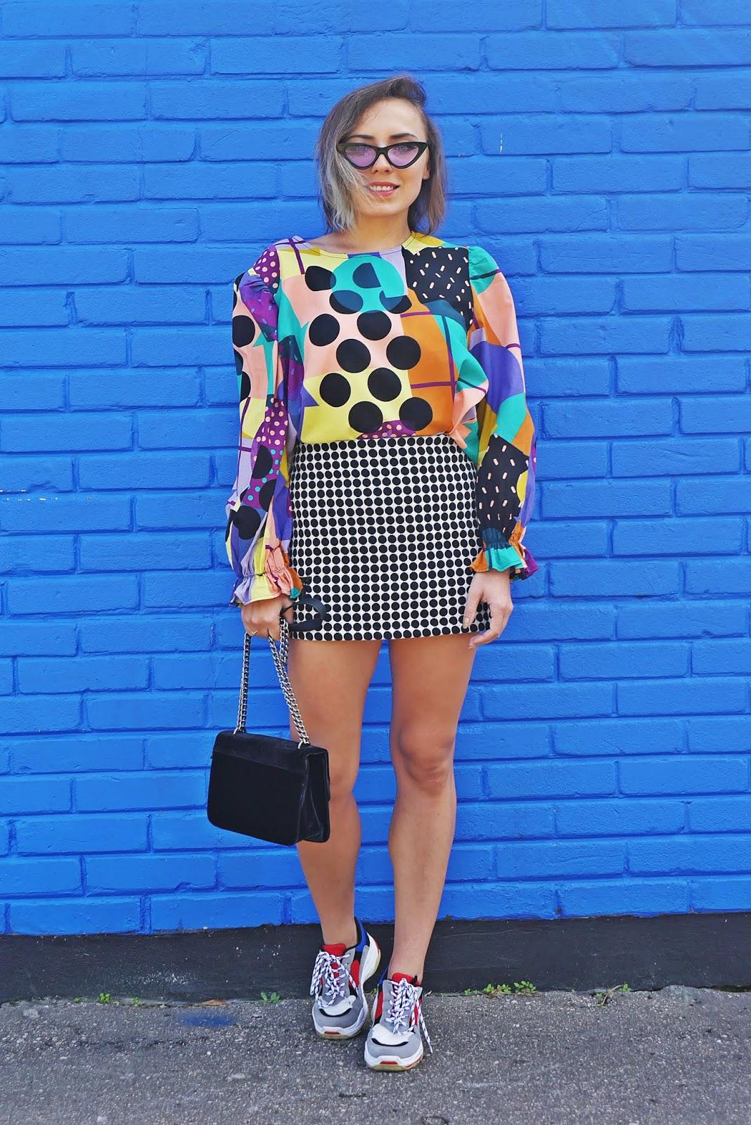 blogerka modowa karyn spódnica w kropki sportowe  buty renee torebka czarna