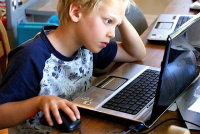 """(cc) Cascadian Farm ¿Tienes realmente la edad que dices tener en las redes sociales? Mientras muchos adultos nos quitamos años (o nos quedamos anclados en una edad específica) en nuestros perfiles, los más pequeños insisten en crecer a pasos veloces, falsificando datos como su edad, para poder acceder a las redes sociales de moda… Así, con la intención de aumentar la seguridad de los menores en la Red, el Gobierno español estaría estudiando incorporar al DNI electrónico de los menores el """"certificado de autentificación"""" (que tiene la finalidad de garantizar electrónicamente la identidad del ciudadano al realizar una transacción telemática)"""