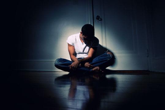 Hombre solo hundido en la depresión