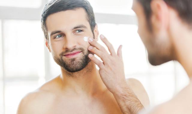 Άνδρας με μούσι και μουστάκι στον καθρεπτη περιποιείται το πρόσωπό του - Ομορφιά Αυτό που Θέλουν και χρειάζονται οι άντρες