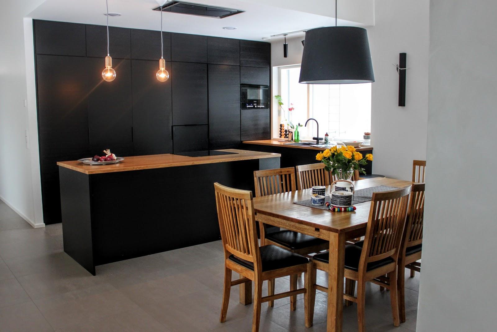 KOTI Musta keittiö kuvina ja uusi blogihaaste