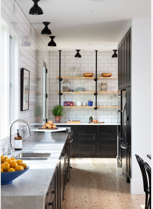 Stunning modern farmhouse kitchen with black and white and open shelving found on Hello Lovely. #modernfarmhouse #farmhousekitchen #blackandwhite
