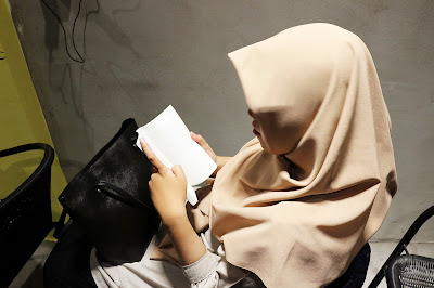 Febri Amalia sibuk membaca buku The Best Of India