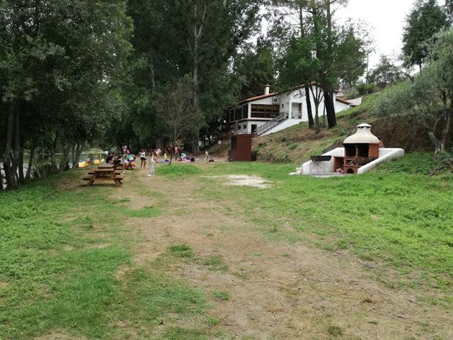 Zona do parque de Merendas com Mesas de Madeira e Churrasqueira