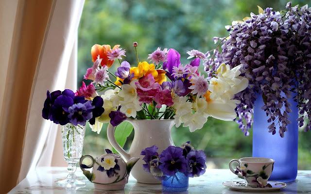 Foto van bloemen in de vensterbank