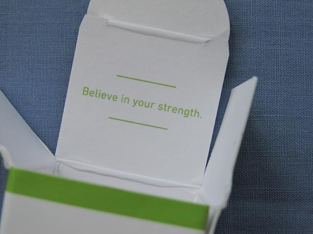 Мудра цитата всередині упакування сироватки для очей
