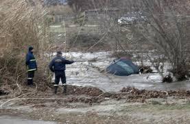 Θεσπρωτία: 3 άτομα κινδύνεψαν όταν το ΙΧ τους παρασύρθηκε από τα νερά χειμάρρου - Επιχείρηση της Πυροσβεστικής