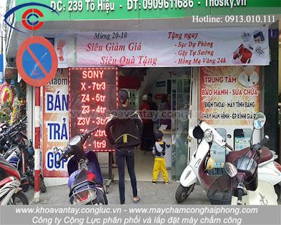 Hình ảnh tấp nập khách hàng ra vào tại cửa hàng điện thoại Tho Sky.