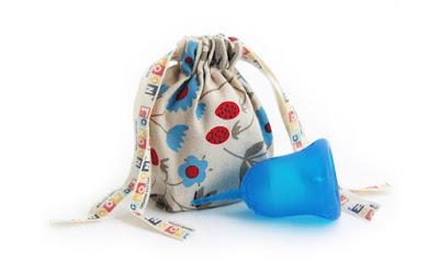Coppetta mestruale Sckooncup nella colorazione blu con il suo sacchetto