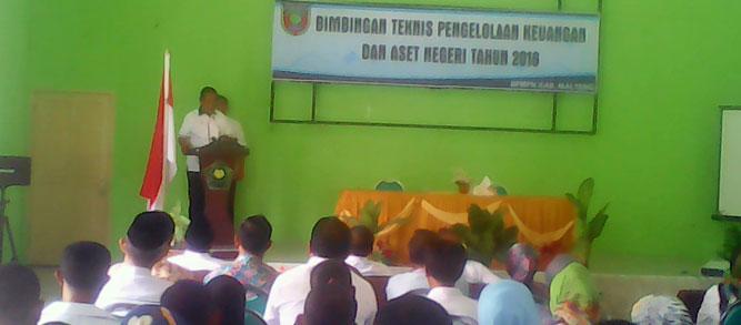 Wakil Bupati Maluku Tengah,Marlatu L. Leleury, mengatakan kepala Pemerintah Negeri dan Bendahara harus mampu mengelola keuangan dan barang dengan baik dan benar, berdasarkan pada hak dan kewajiban kepala pemerintah negeri.