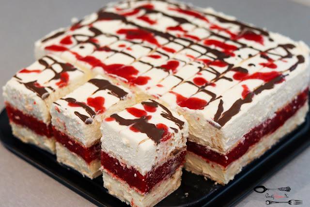 ciasta i desery, ciasto bez pieczenia, przepis na ciasto bez pieczenia, ciasto na herbatnikach, ciasto z musem owocowym, ciasto z masą budyniową, ciasto z kremem, ciasto z owocami sezonowymi, ciasto z truskawkami,