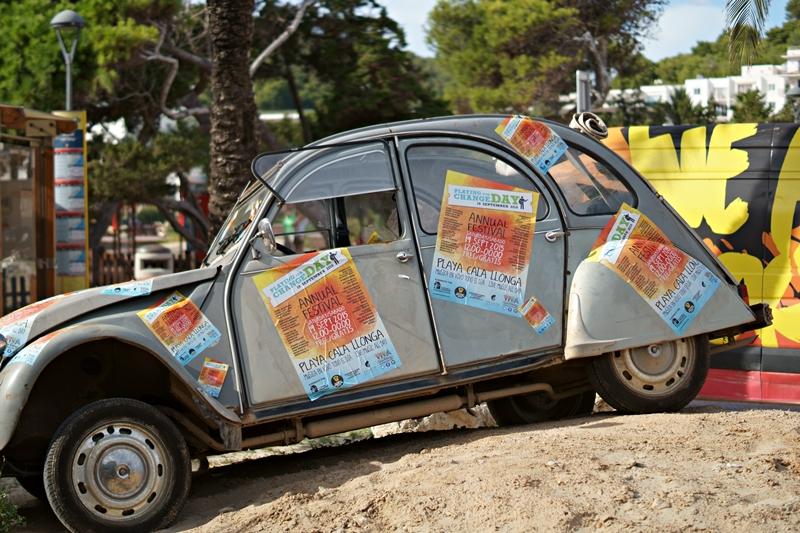 Blog + Fotografie by it's me! - Ibiza, Cala Llonga - alte Ente mit Plakaten