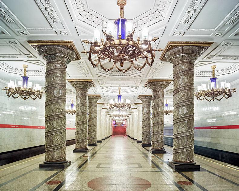 Las estaciones de metro de Moscú, similares a la galería, son fotografiadas mientras están completamente vacías