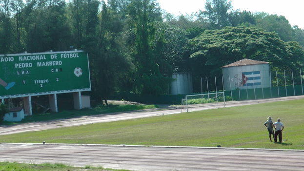 En canchas ásperas, duras, canchas que parecen más un campo de maíz, en terrenos así, difíciles de mirar, rodeados de charcos de agua y tierra colorada, en lugares así se juega el fútbol en Cuba y aún se sueña con la gloria, con el Mundial