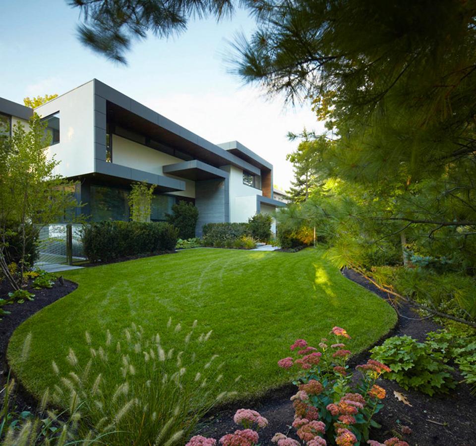 Hogares frescos casa contempor nea con hermoso jard n en for Casas con jardin