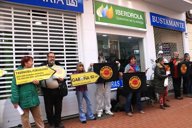 Concentración antinuclear ante la oficina de Iberdrola en Barakaldo