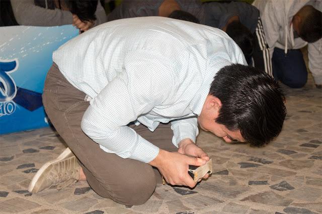 joven-orando-de-rodillas