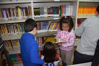 Niños en Casas del Monte leyendo sus libros favoritos