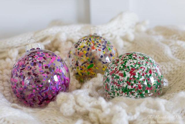 bolas de navidad transparentes con ceras derretidas