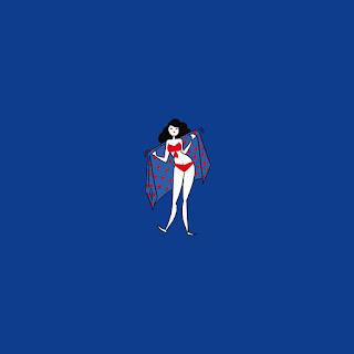 femme maillot de bain rouge, pin up, body positive, femme à la plage, lunette de soleil,