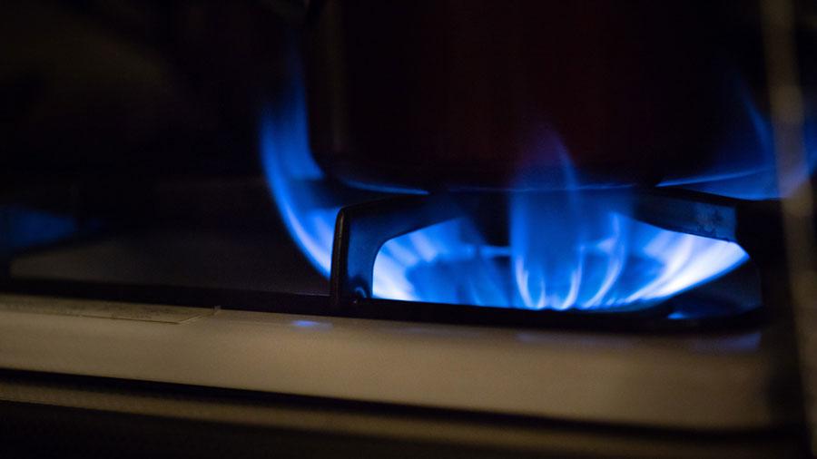 ガスコンロで火を灯す様子
