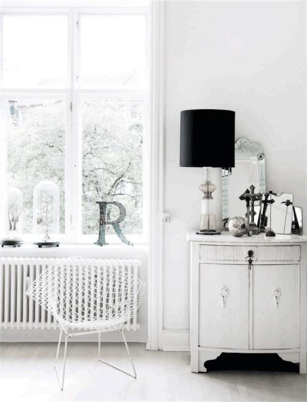 comoda antigua decapada en blanco junto a silla de mteal blanca chicanddeco