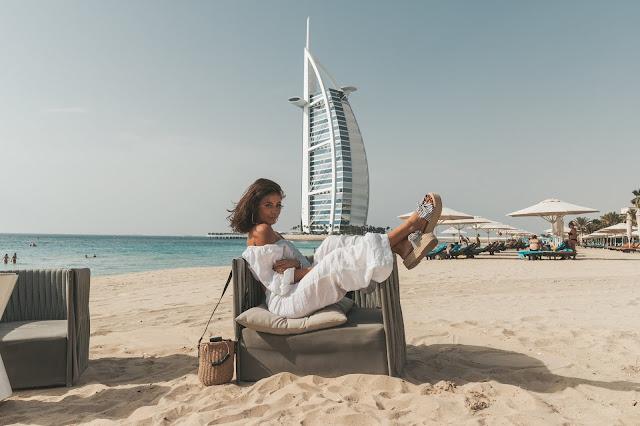 Komplet z lnu na tle Burj Al Arab  - Czytaj więcej