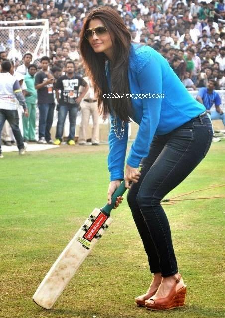 Daisy Shah Hot sexy tight jeans image