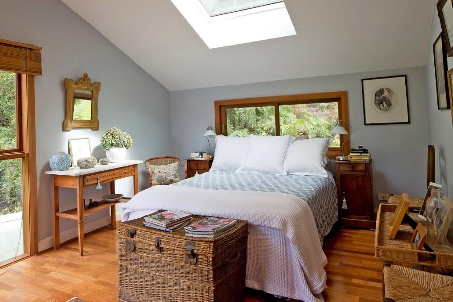 Drewniany dom nad zatoką, wystrój wnętrz, wnętrza, urządzanie domu, dekoracje wnętrz, aranżacja wnętrz, inspiracje wnętrz,interior design , dom i wnętrze, aranżacja mieszkania, modne wnętrza, retro, dom drewniany, antyki, stare meble, wiklinowe dodatki, styl klasyczny, sypialnia