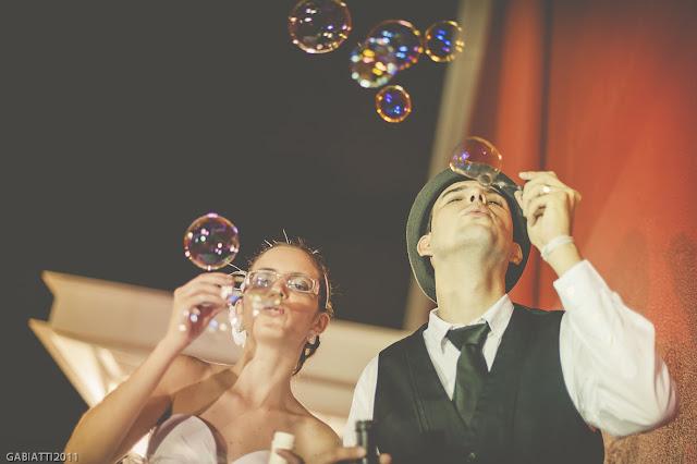 ensaio trash the dress noivos bolhas de sabão
