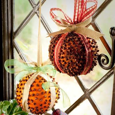 ac06fc50de5a Πορτοκάλια που θα γεμίσετε με ... γαρύφαλλα που θα ... καρφιτσώσετε πάνω  τους και θα τα δέσετε με χρωματιστές κορδέλες