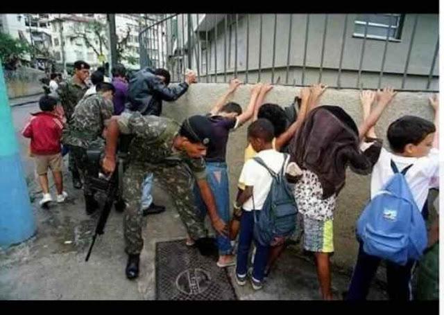 Soldados revistam crianças em intervenção federal no Rio de Janeiro