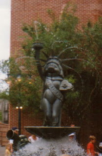 Miss Piggy fountain, 1997